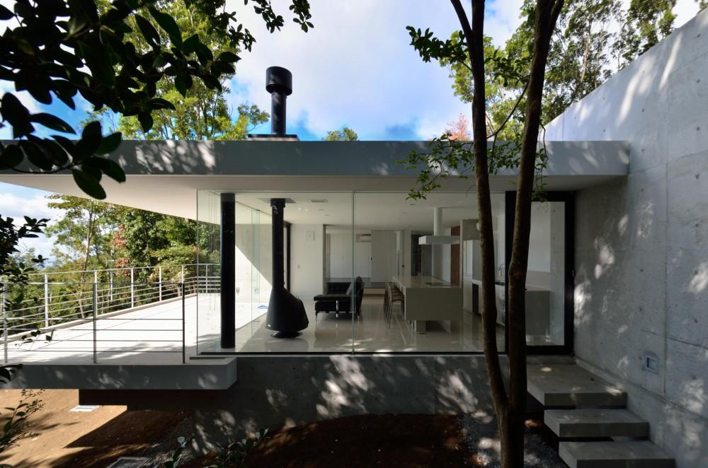 リビングと一体化するバルコニー (霧島の別荘)