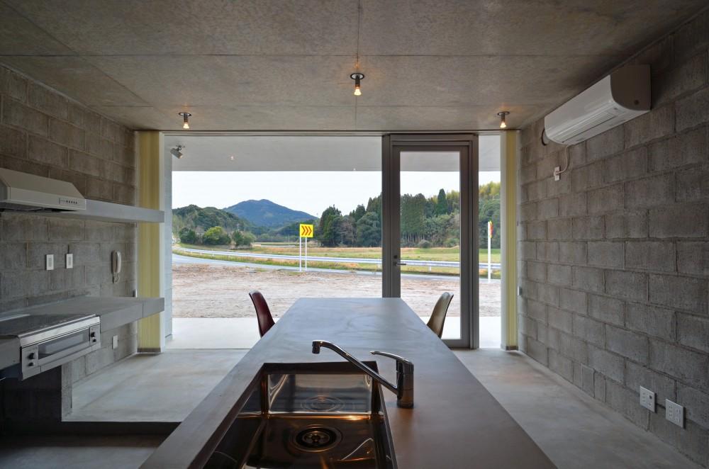 飯牟礼の住宅 (キッチン・ダイニングカウンターからテラス方向を見る)
