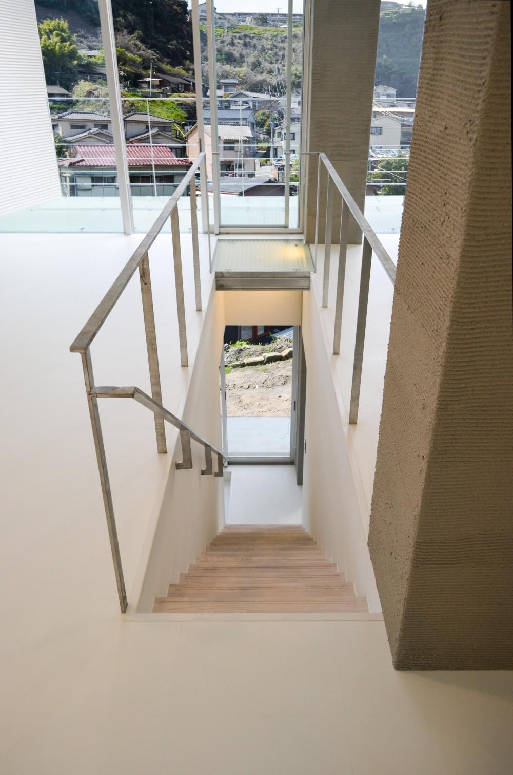 上竜尾町の住宅(リノベーション) (リビングより階段を見下ろす)