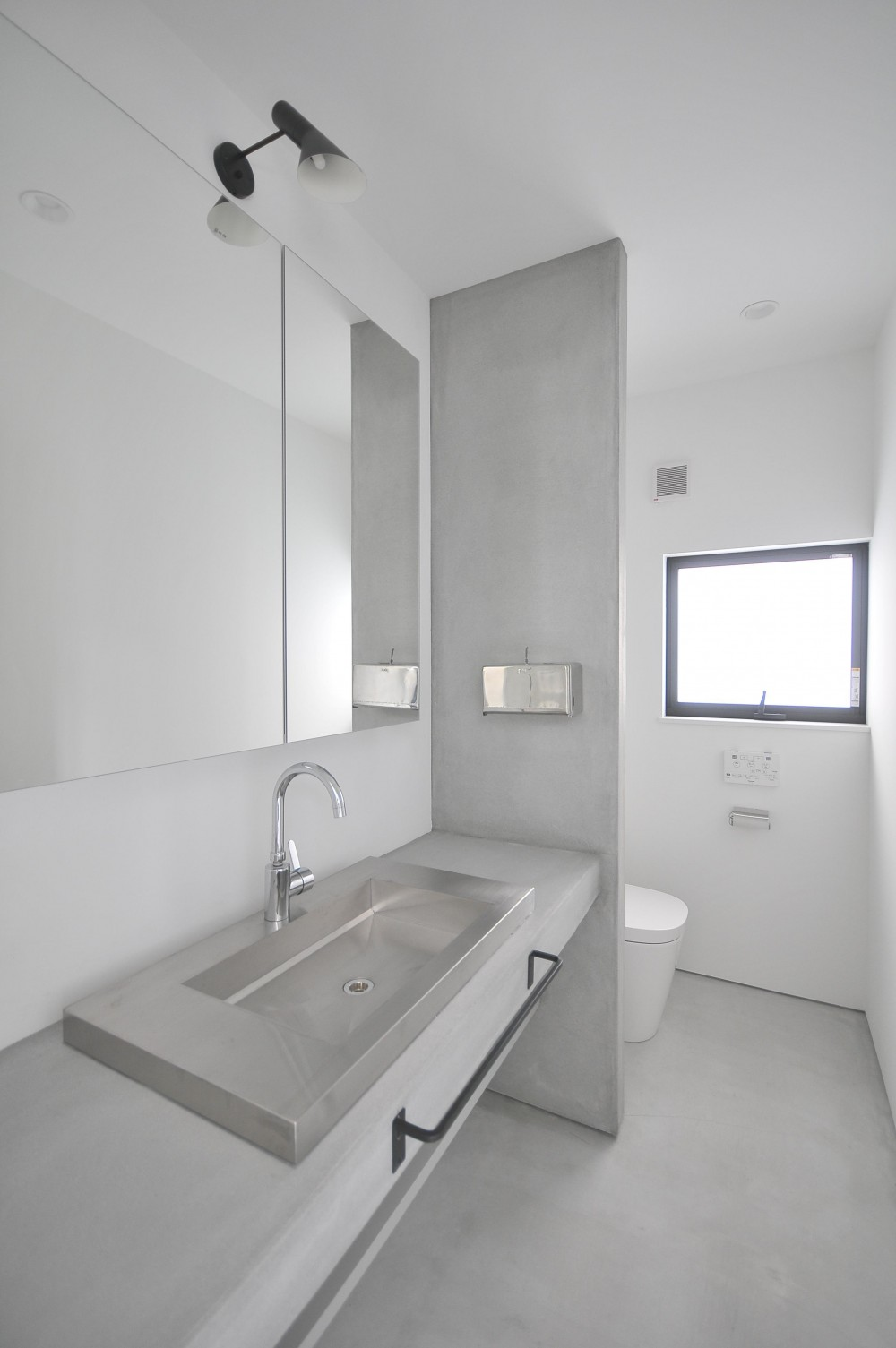 アイアンとモルタルを活かしたスタイリッシュな鎌倉の家 (洗面室)