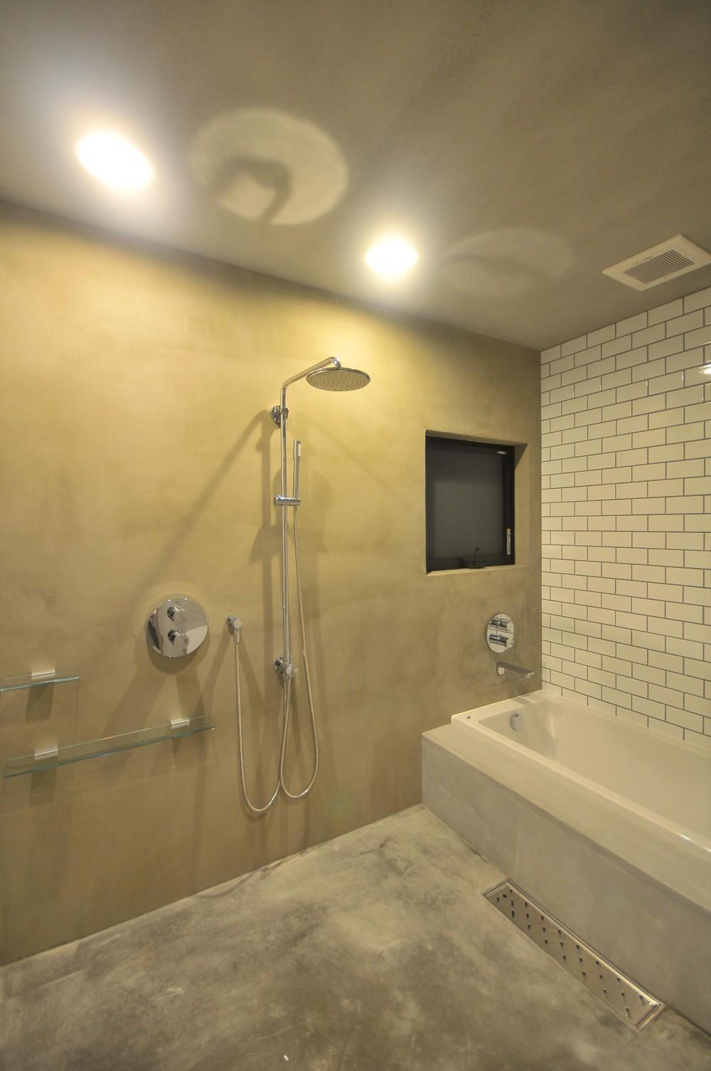 アイアンとモルタルを活かしたスタイリッシュな鎌倉の家 (浴室)