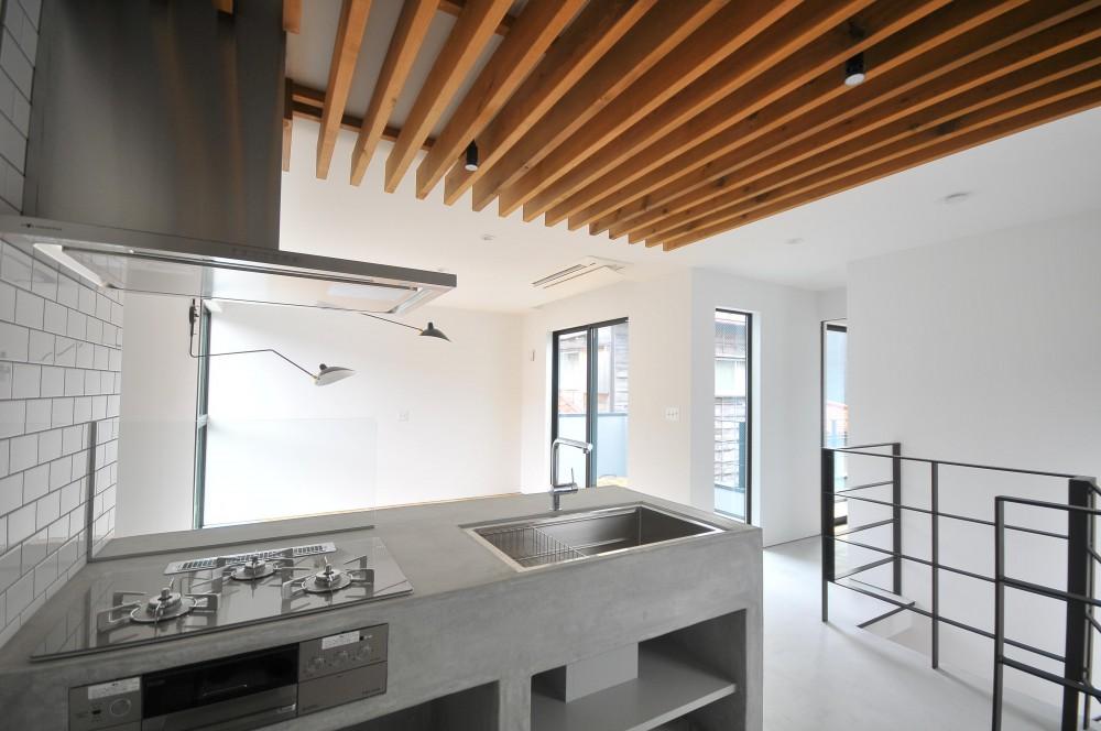 アイアンとモルタルを活かしたスタイリッシュな鎌倉の家 (キッチン)