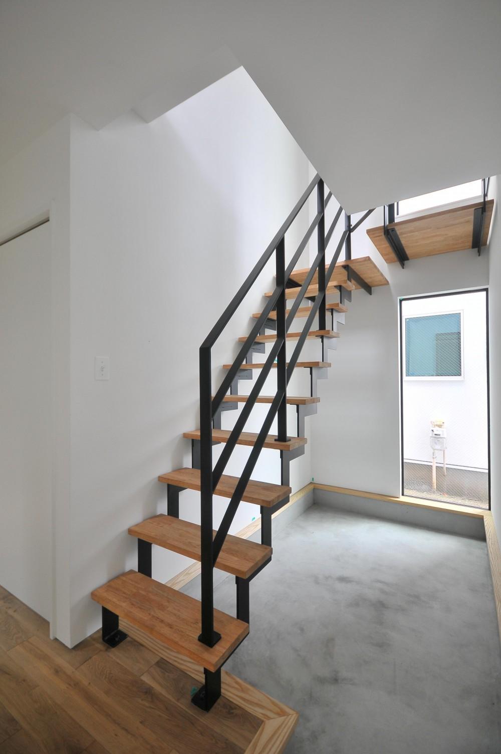 アイアンとモルタルを活かしたスタイリッシュな鎌倉の家 (階段)