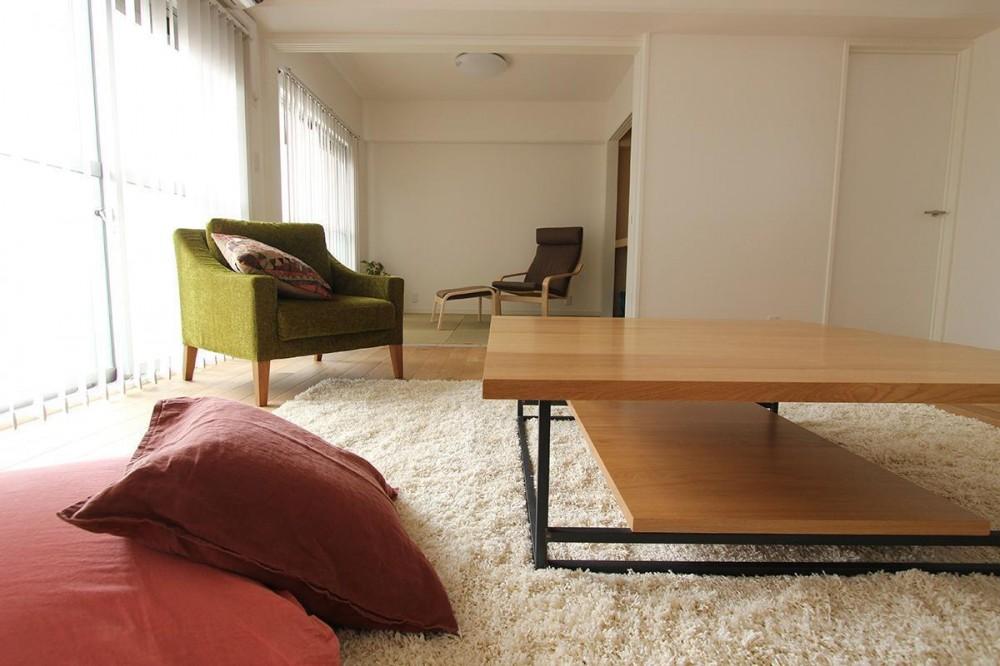 家族構成に合わせたマンションリノベーション (リビングから和室を見る)