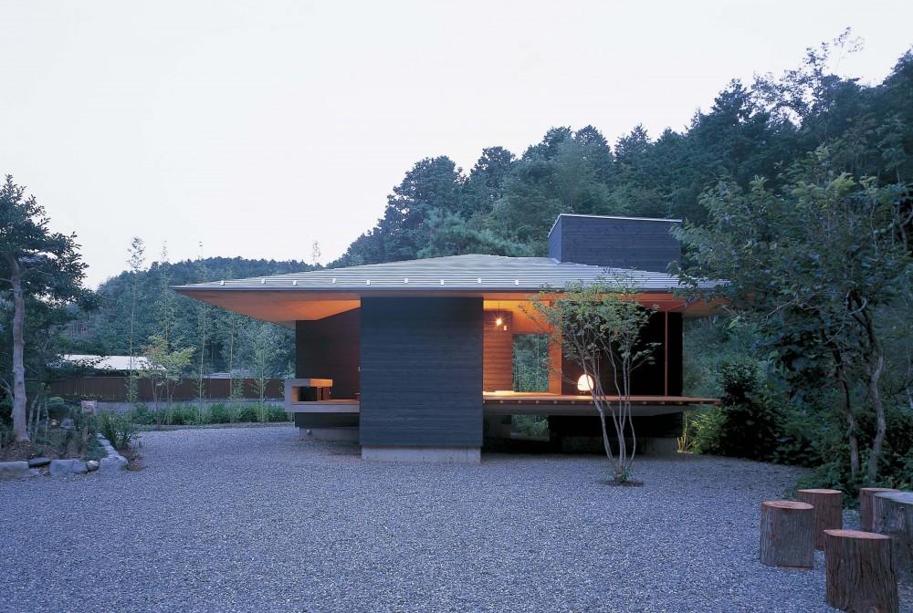 森の中のゲストハウス (夕景に浮かぶゲストハウスの外観)
