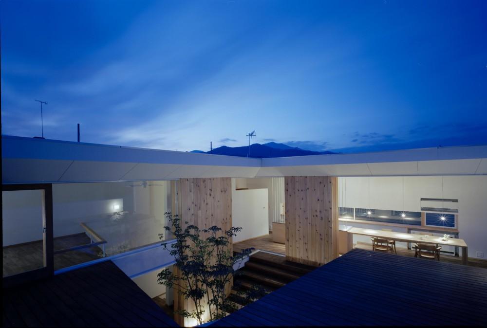 階段テラスが中庭と屋上をつなぐ家 (屋上から山脈を眺望する開放的な家)