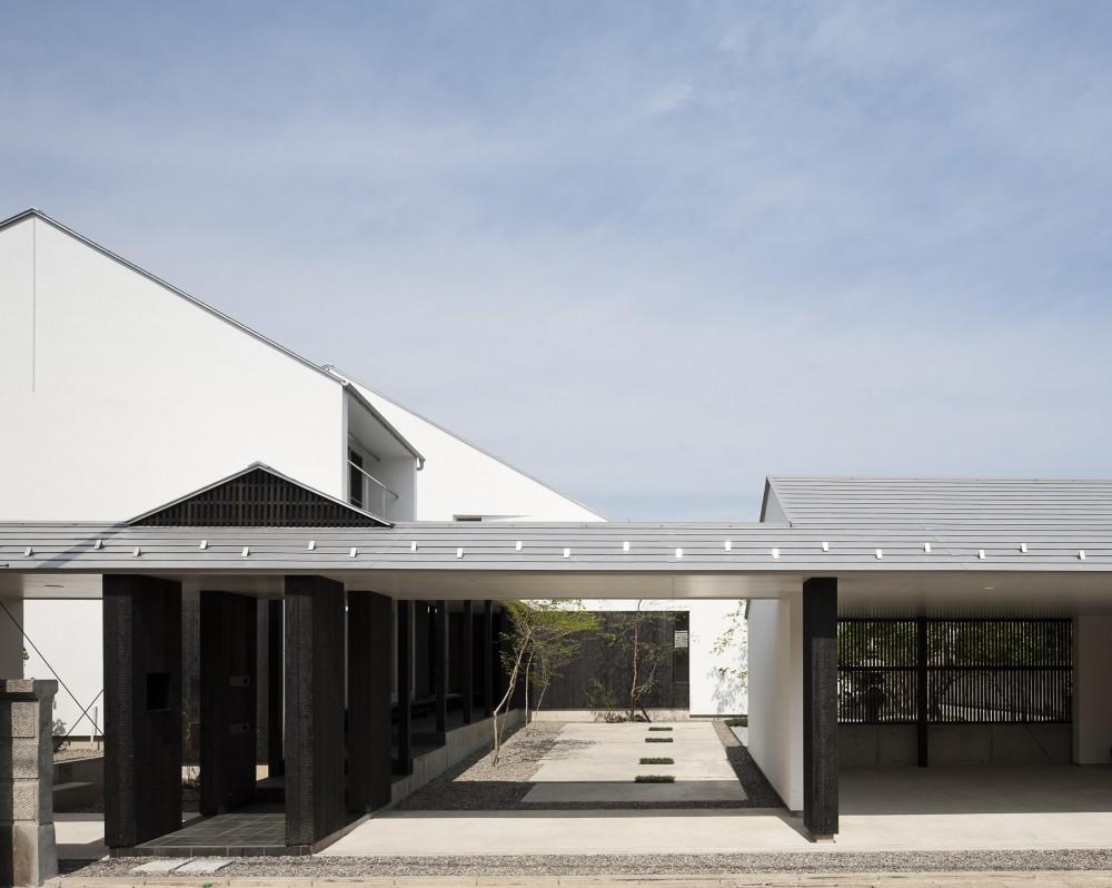縁側と中庭がつなぐ二世帯住宅 (ガレージと路地をまとめる門構え)