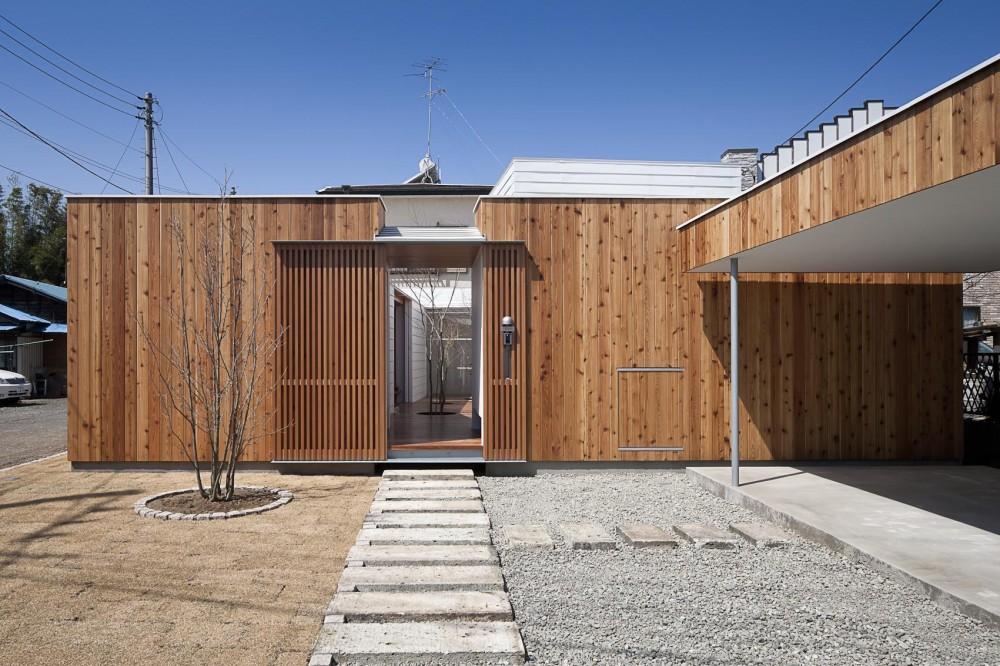 acaa「開放的な中庭デッキを包み込む平屋の家」