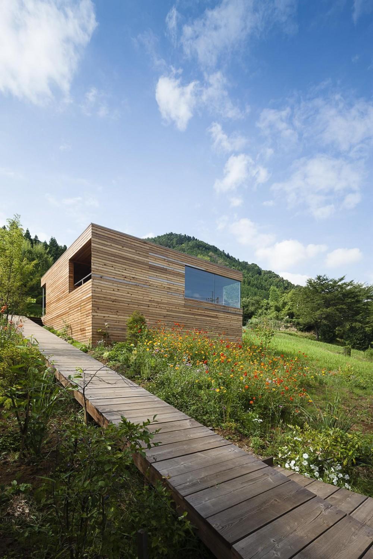 自然の豊かな丘にたつ小さな終の棲家 (丘にたつ木箱の外観)