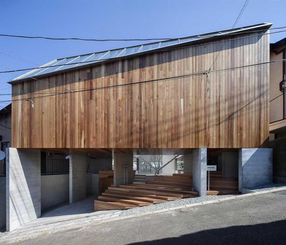 ギャラリーとスモールオフィスが同居した住居 (ピロティーで浮いた外観と大階段)