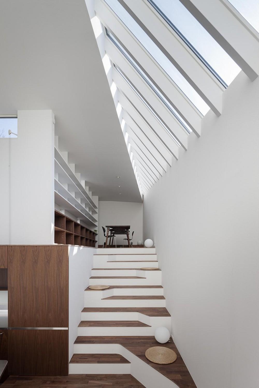 ギャラリーとスモールオフィスが同居した住居 (階段状のリビング)