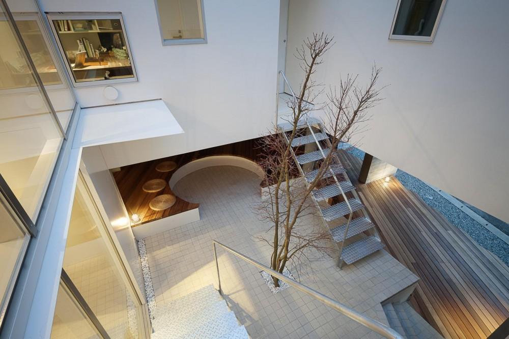 ギャラリーとスモールオフィスが同居した住居 (紅葉とベンチのある中庭)
