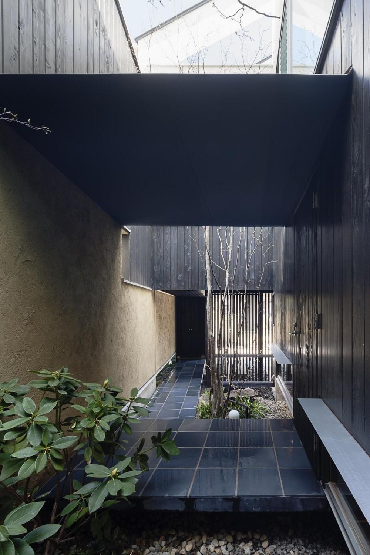 路地庭アプローチのあるモダン和風住宅 (露地庭のアプローチ)