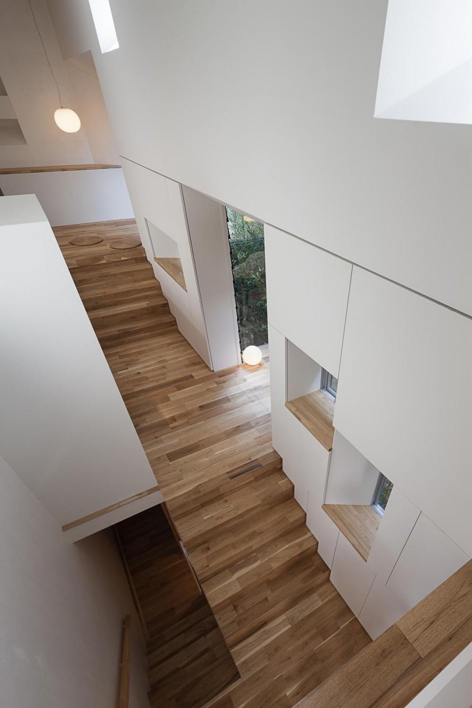 階段が庭と居場所をつなぐ狭小住宅 (階段状の居場所を見下ろす)