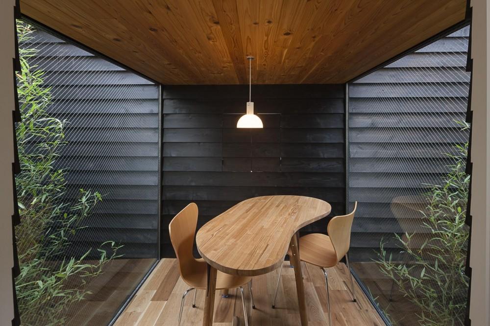 階段が庭と居場所をつなぐ狭小住宅 (竹林に挟まれたガラス張りのダイニング)