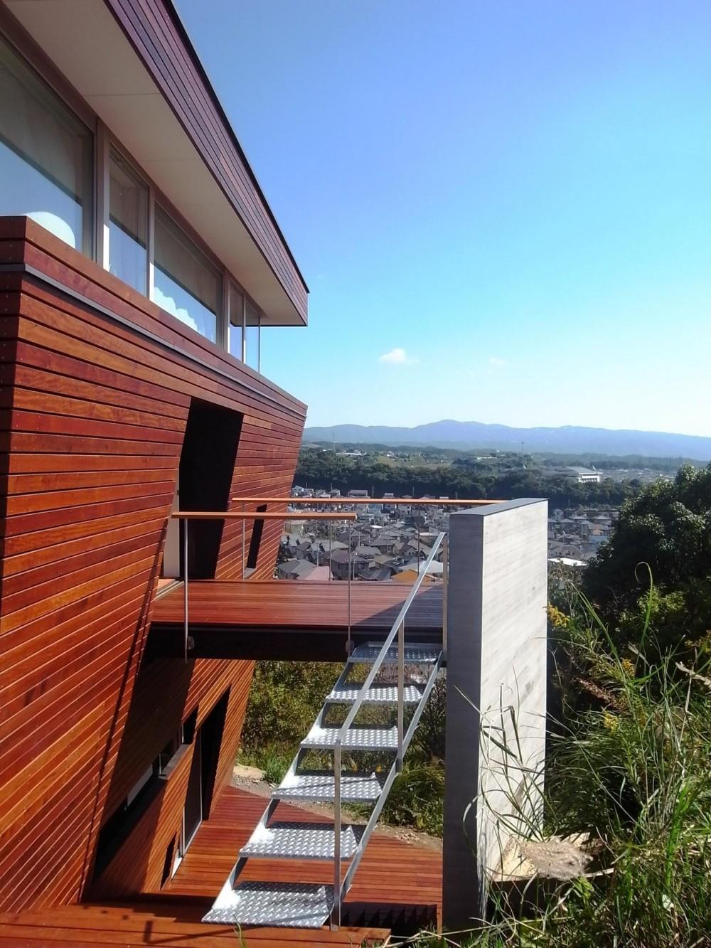 360°風景が広がる傾斜地の家 (傾斜地に飛び出したバルコニー)