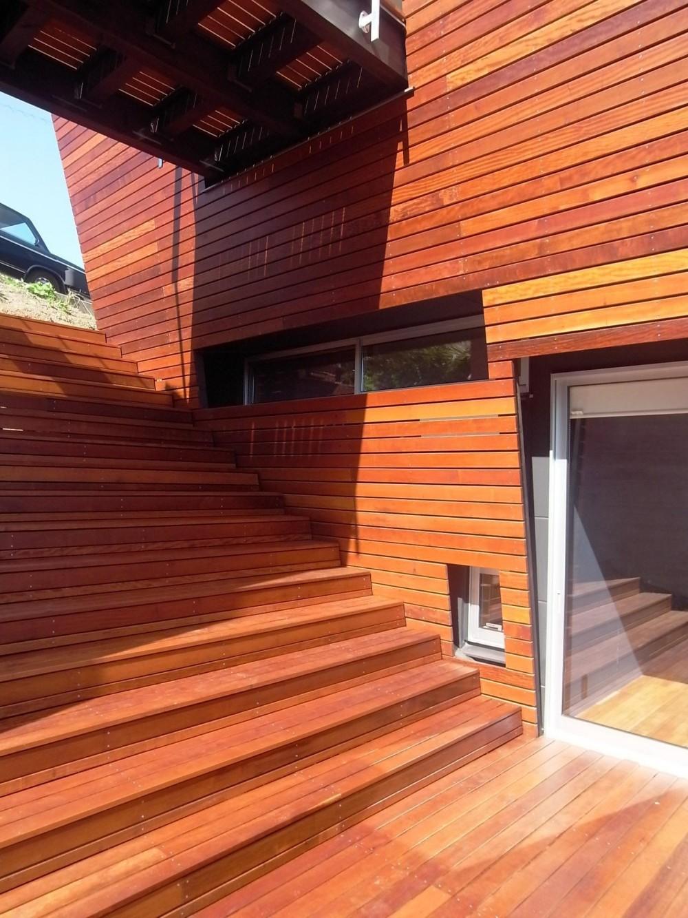 360°風景が広がる傾斜地の家 (傾斜に沿った大階段は家族の庭)