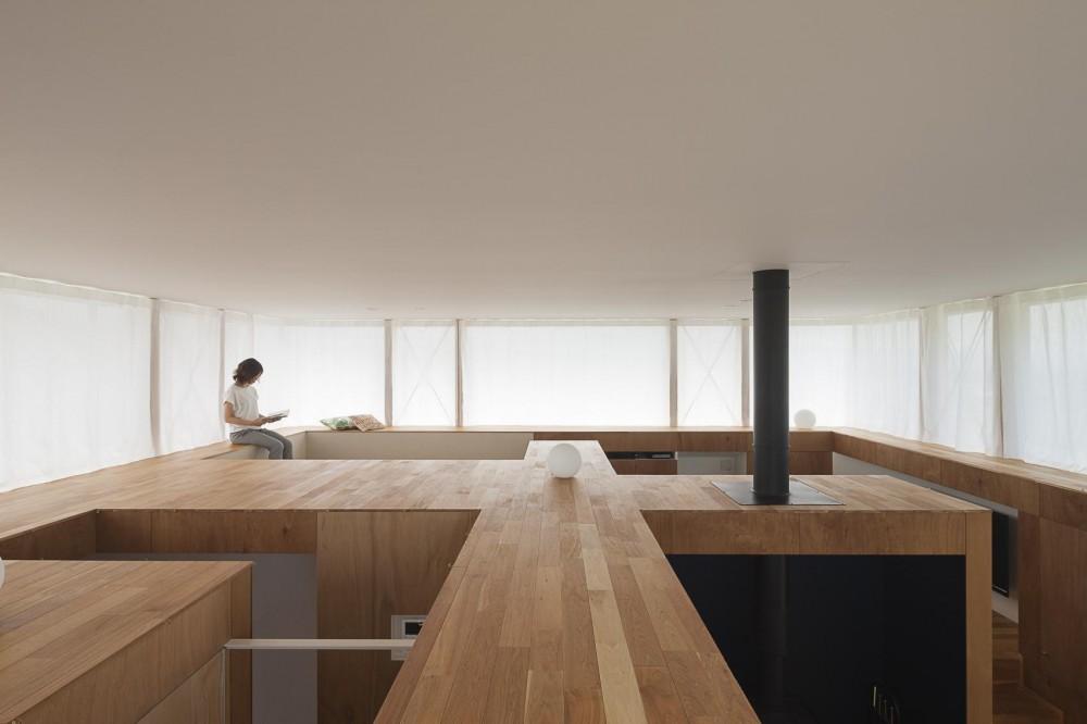 建築家:acaa「360°風景が広がる傾斜地の家」