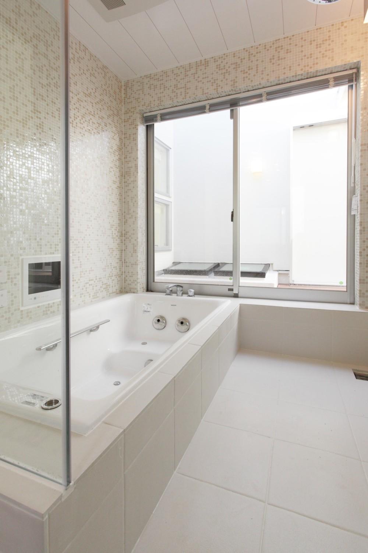 ガレージギャラリーのある白い家 (浴室)