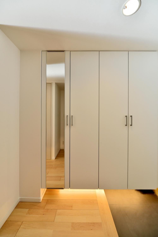 ハードメイプル×北欧風のやわらかな住まい (足元に間接照明のある玄関収納)