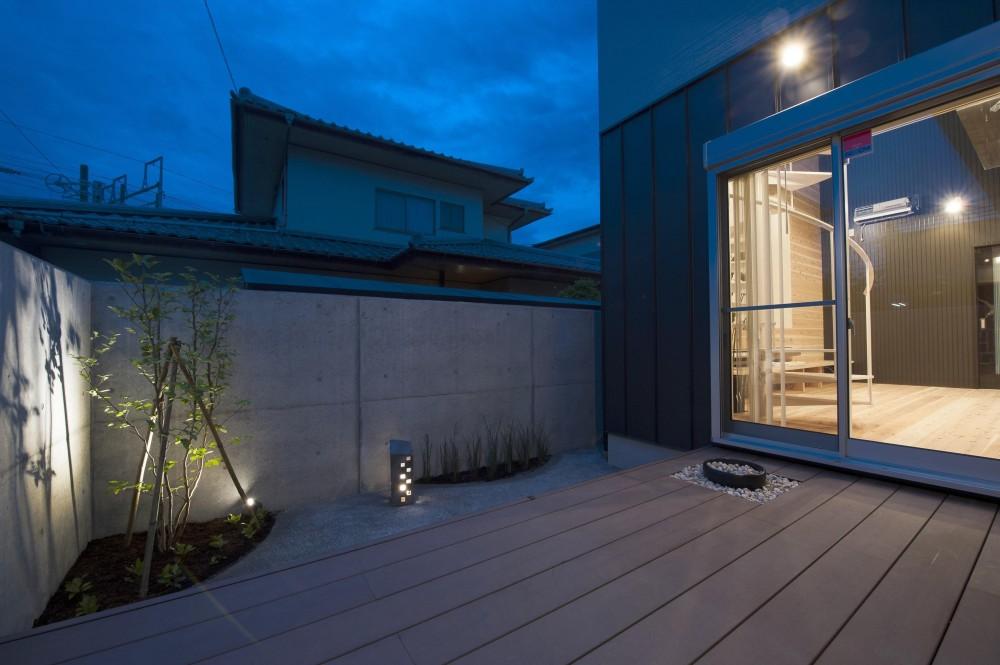 和モダン・リノベーションの家 (デッキテラス・庭)