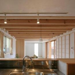 キッチンからダイニングリビングを望む (関屋大川前の家)
