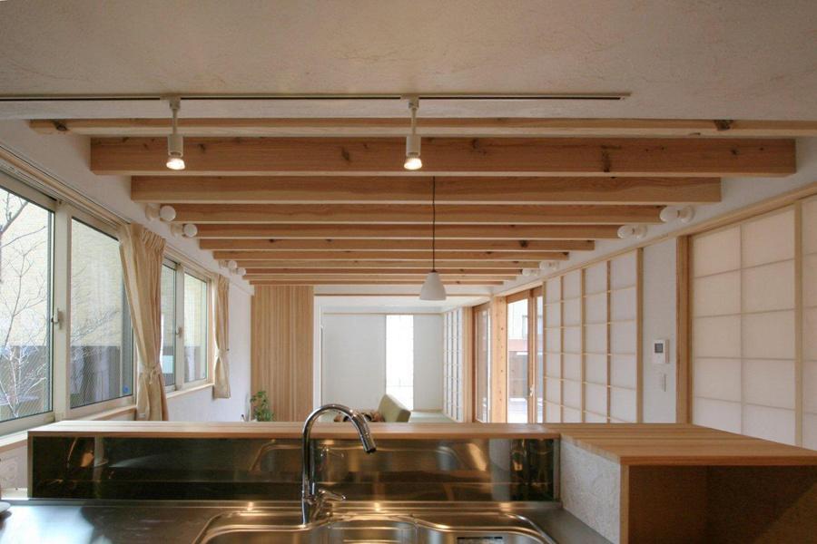 関屋大川前の家 (キッチンからダイニングリビングを望む)