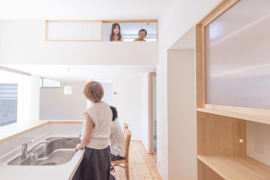 中山の家 (キッチンと2階窓から)