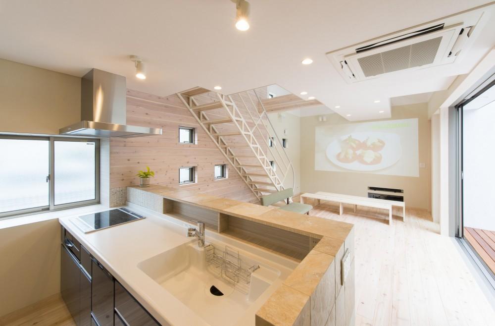 オープンエア(開放感にあふれる戸外とのつながり)を楽しむ家 (キッチンからLDKを見る)