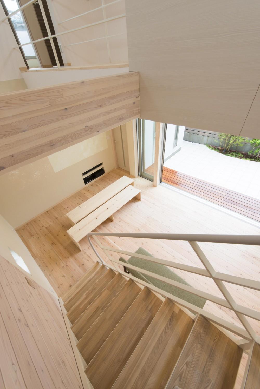 オープンエア(開放感にあふれる戸外とのつながり)を楽しむ家 (階段とライトコート)