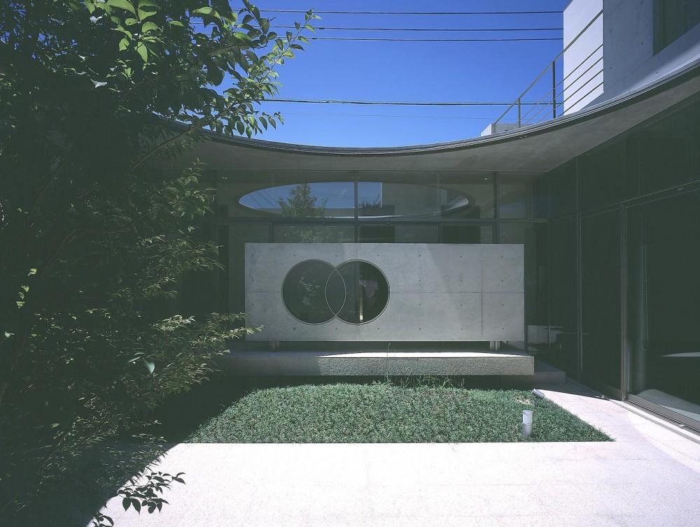 東谷山の住宅 II (玄関ホール側から見る中庭)