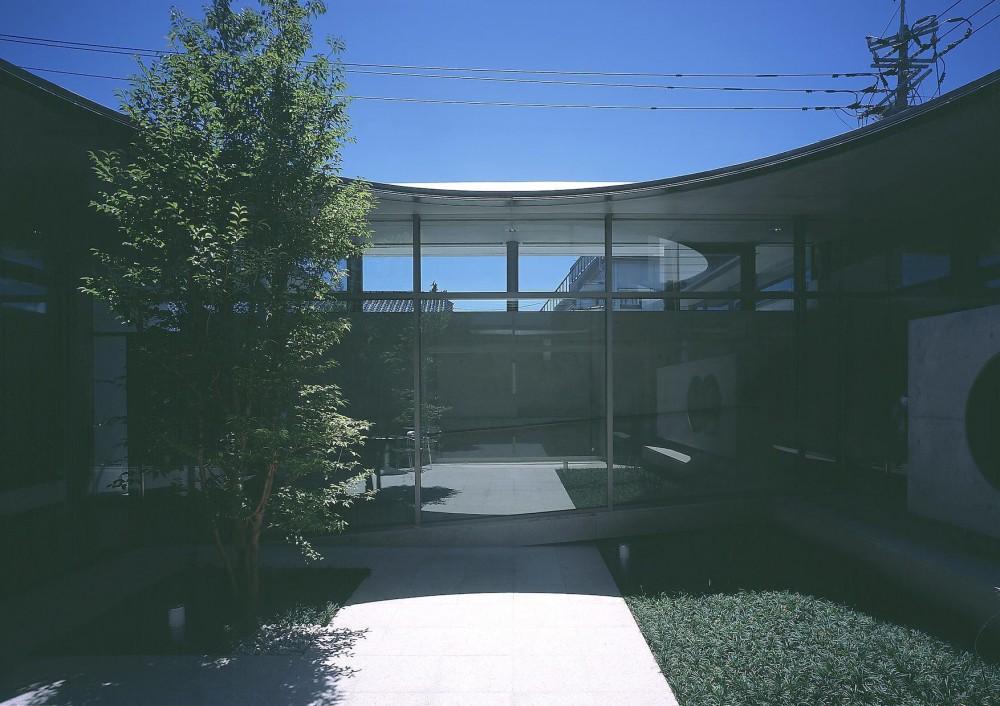 東谷山の住宅 II (リビング側から見る中庭)