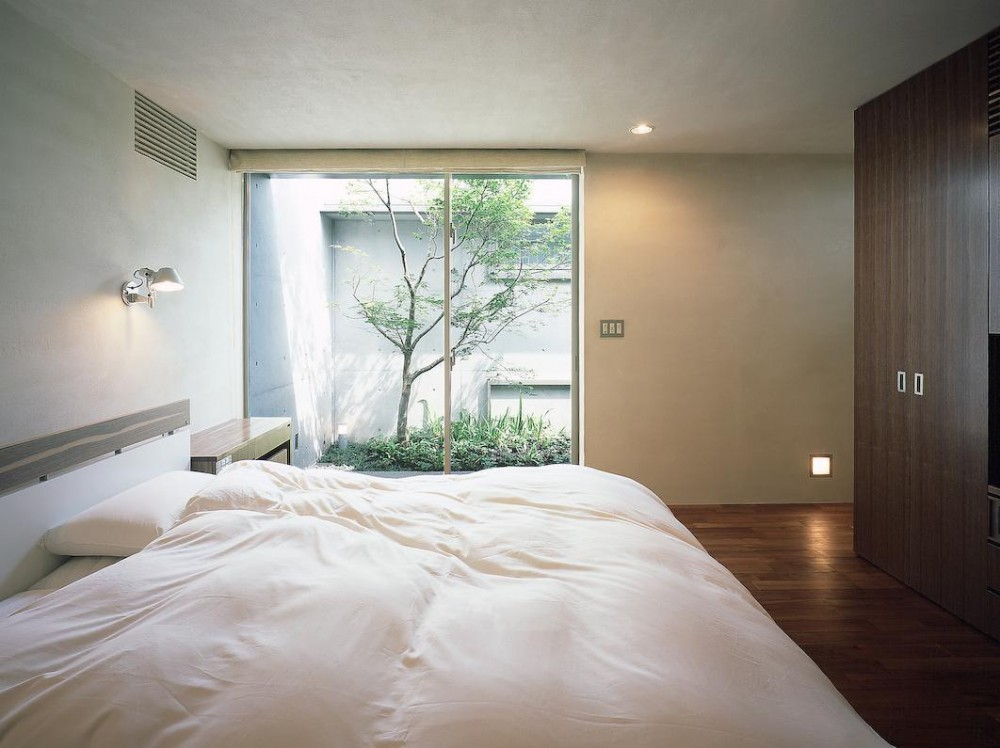 東谷山の住宅 II (寝室中庭方向を見る)