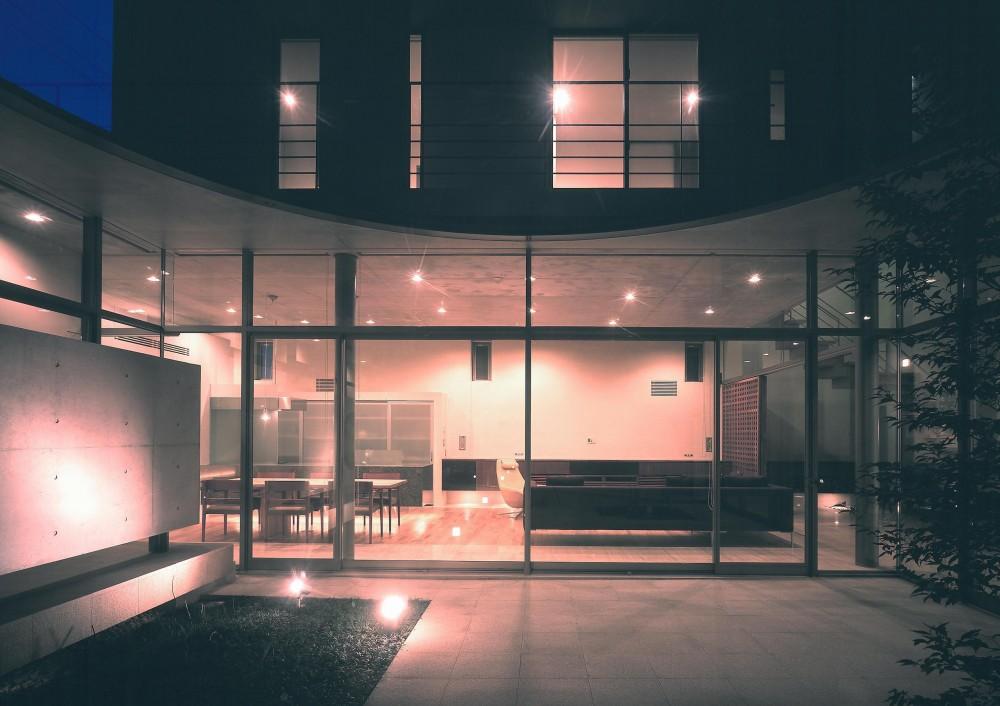 東谷山の住宅 II (中庭よりリビング方向を見る・夜景)