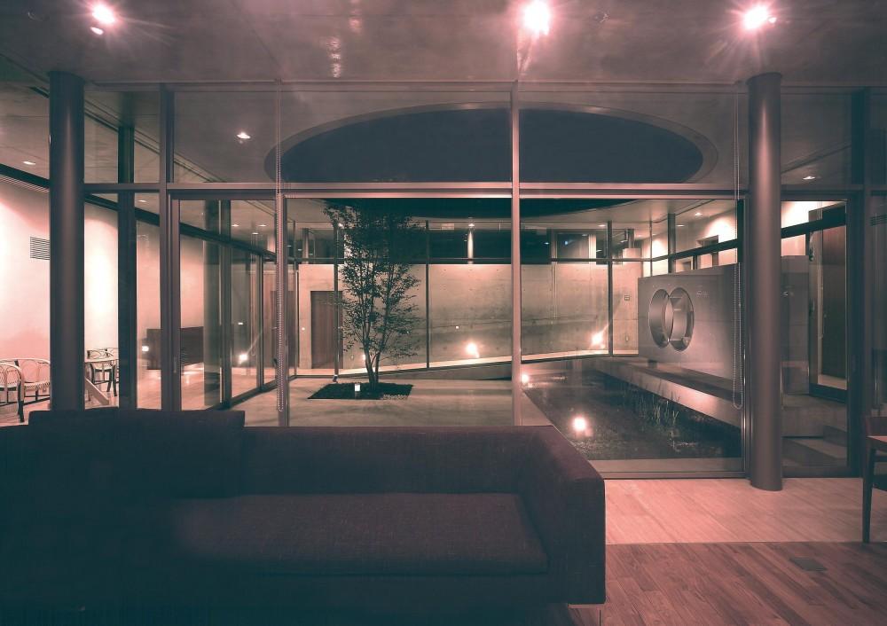 東谷山の住宅 II (リビングより中庭を見る・夜景)