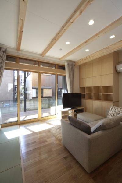 1階のリビングルーム (空気集熱ソーラーのある二世帯住宅)