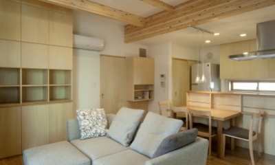 空気集熱ソーラーのある二世帯住宅 (1階のリビングルーム)