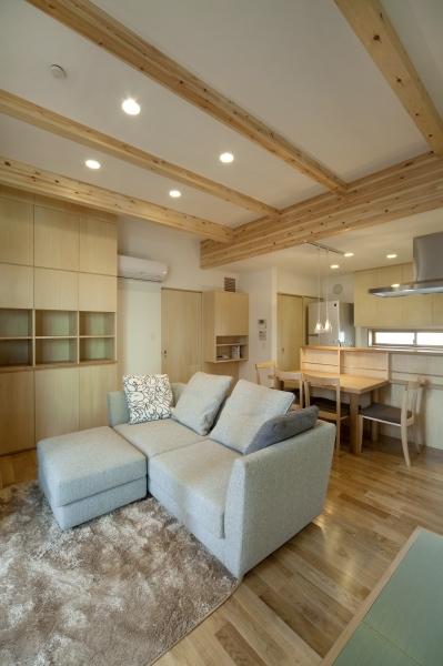 空気集熱ソーラーのある二世帯住宅の写真 1階のリビングルーム