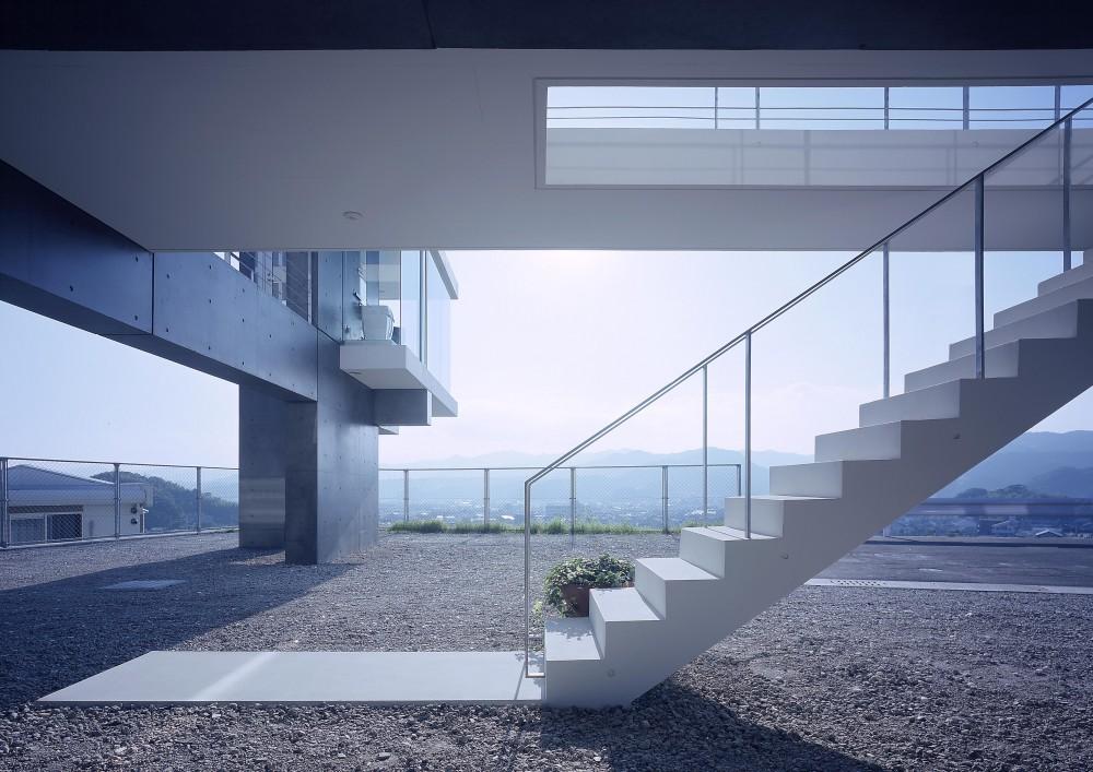 中山の住宅 (ピロティーのアプローチ階段を見る)