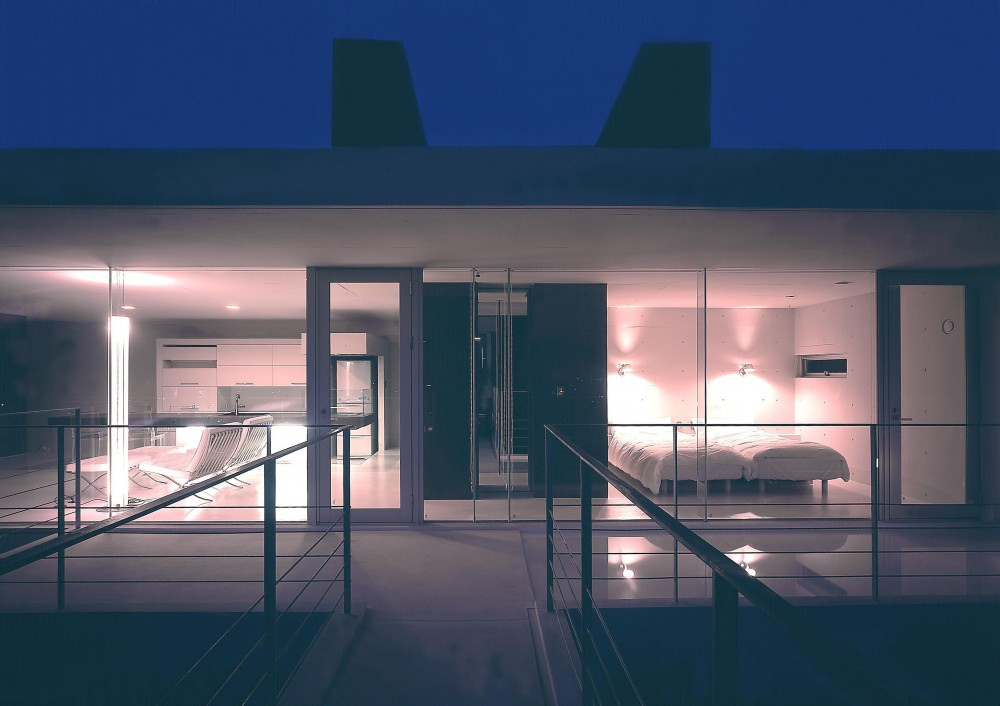 中山の住宅 (離れへ渡るブリッジより、母屋の寝室方向を見る・夜景)