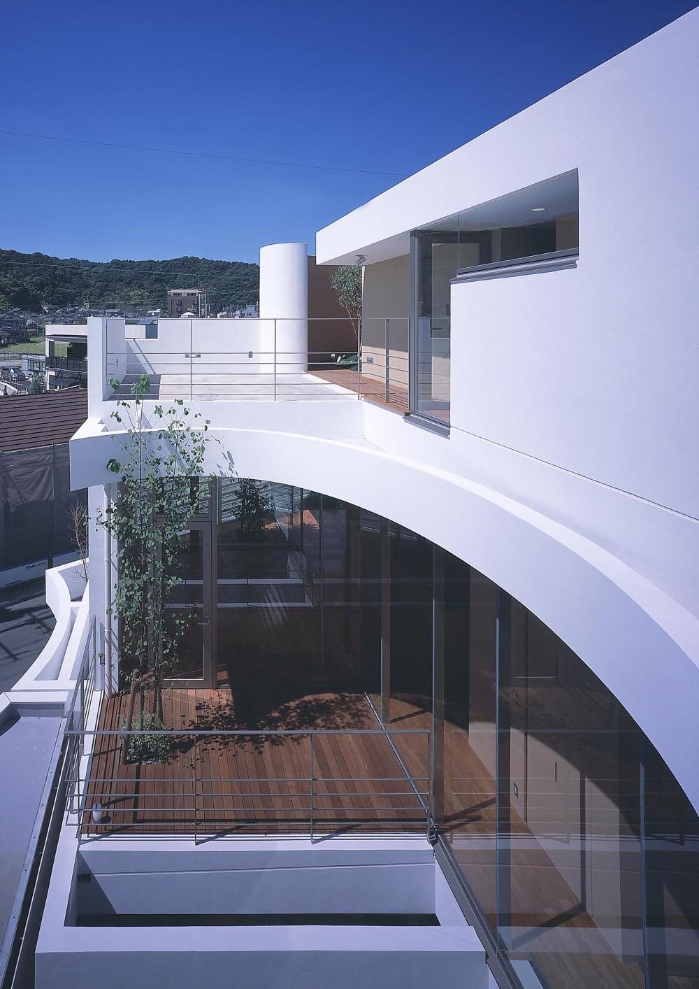 薬師の住宅 (3階テラスより居間方向を見下ろす)