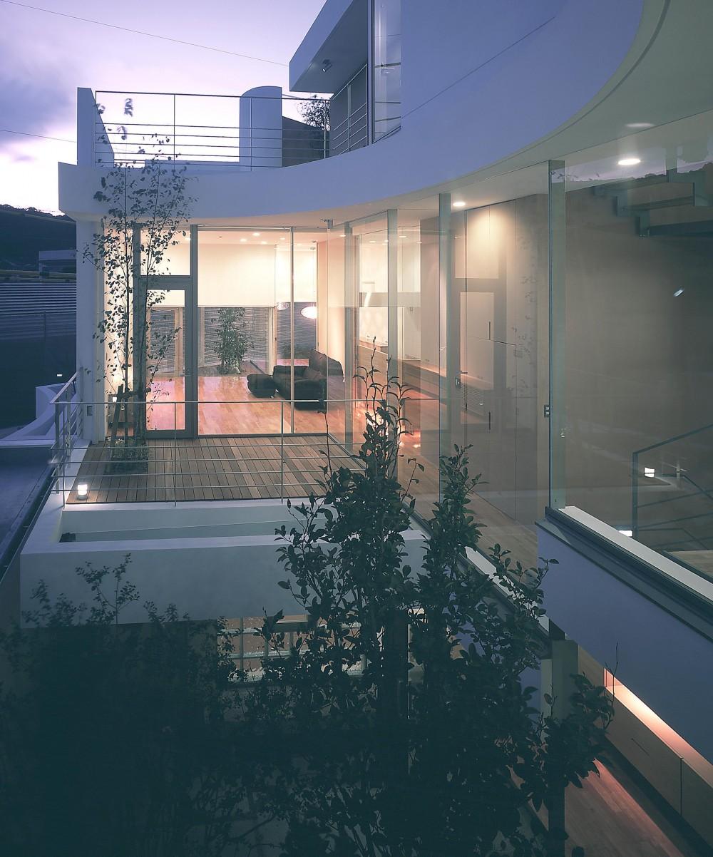 薬師の住宅 (2階寝室より居間のテラス方向を見る・夜景)
