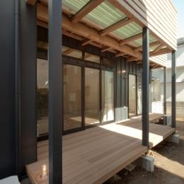 空気集熱ソーラーのある二世帯住宅 (バルコニー)