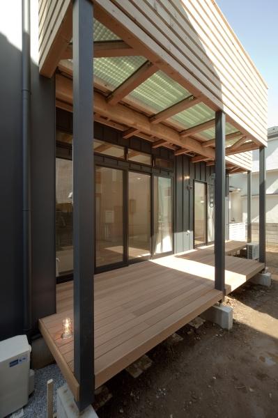 空気集熱ソーラーのある二世帯住宅の写真 バルコニー