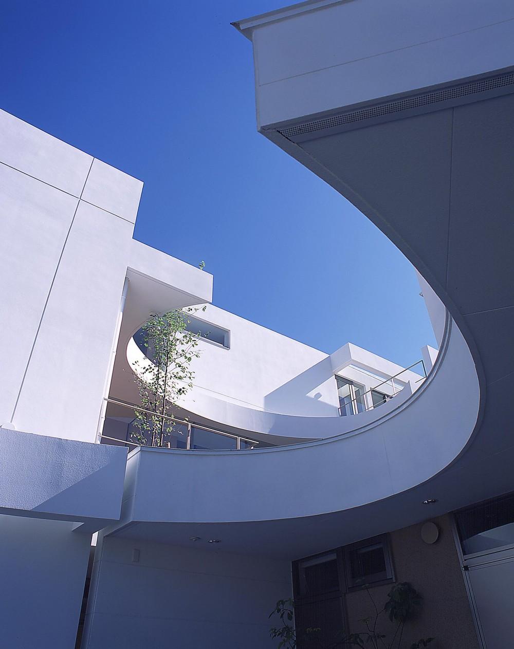 薬師の住宅 (親世帯の駐車スペースから子世帯中庭方向を見上げる)
