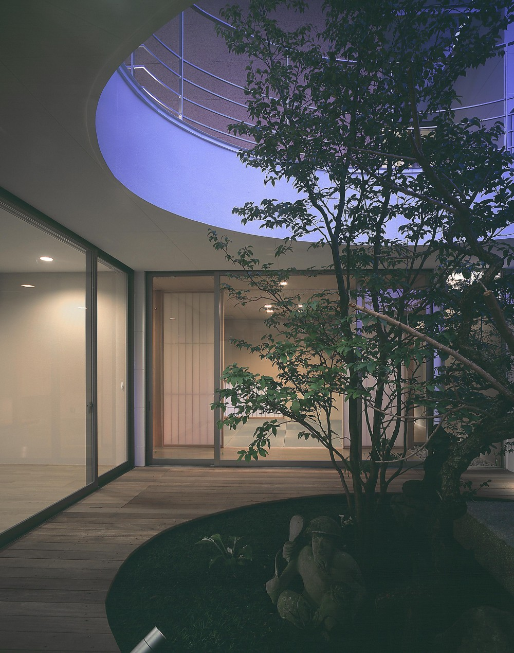 薬師の住宅 ((親世帯)中庭より和室方向を見る・夜景)