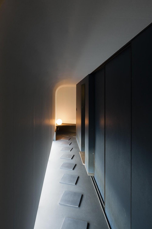 洗面と浴室へと続く、内露地空間 (緑道に開かれた深庇と縁台のある家)