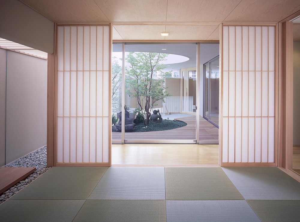薬師の住宅 ((親世帯)和室より中庭方向を見る)