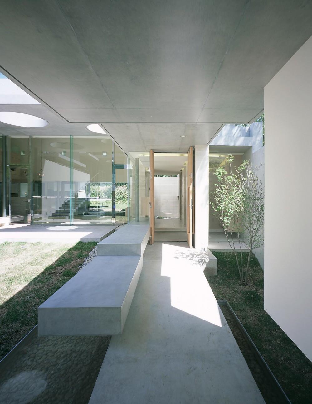 長田町の住宅 (アプローチから玄関方向を見る)
