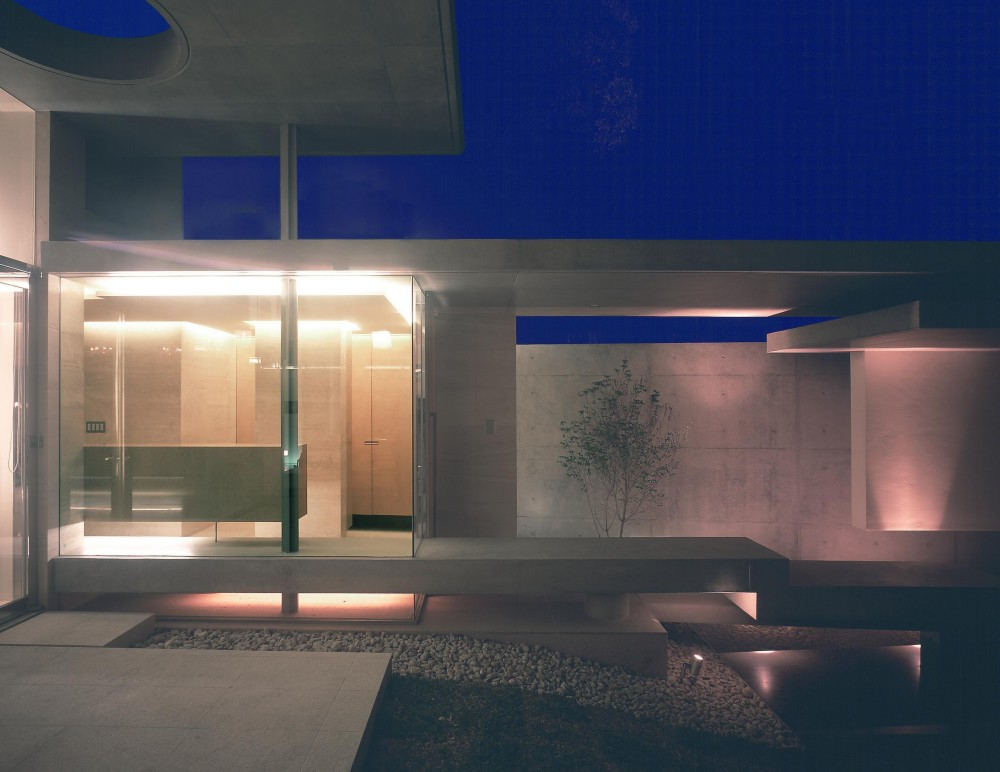 長田町の住宅 (中庭のテラスより玄関を見る・夜景)